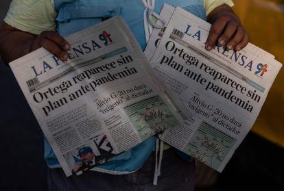 Un vendedor ambulante de periódicos ofrece los diarios La Prensa en la calle de Managua, el 16 de abril de 2020.