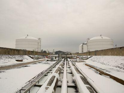 Vista de varias tuberías en los aledaños de una terminal de gas natural licuado en Lusby (Maryland, EE UU).