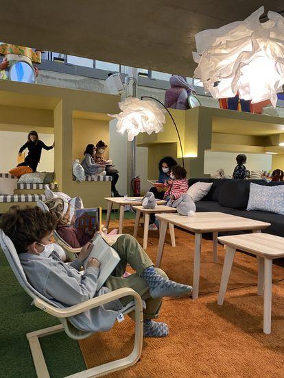 Niños leyendo o jugando en la sala de La Nube, de acceso libre cuando no hay actividades.