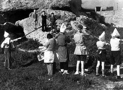 Niños jugando a fusilar durante la Guerra Civil española.