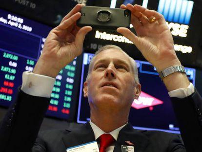 El consejero delegado de la química Dow se fotografía en el parqué