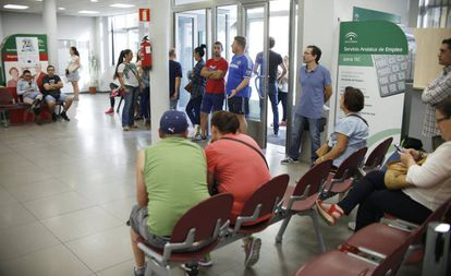 Varias personas esperan su turno en una oficina de empleo en Dos Hermanas, Sevilla.