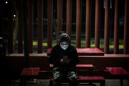 Una mujer intenta contactar con sus familiares mientras espera información en el Hospital General de Tláhuac.