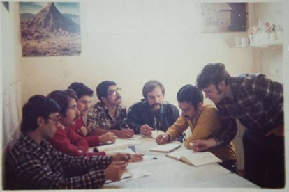 Antonio Chapero junto a sus compañeros presos políticos, en una de las celdas de la cárcel de Carabanchel.