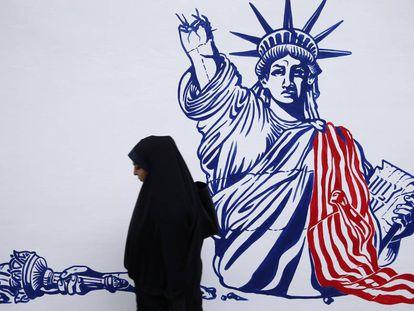 Un mural que muestra a la Estatua de la Libertad mutilada, este sábado en la antigua Embajada de EEUU en Teherán.
