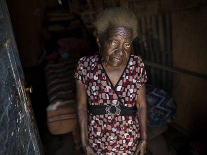 Julia Bertila Pérez, de 83 años, posa para una foto dentro de su casa en el barrio Nueva Esperanza de Lima, Perú. Las cuarentenas y los cierres destinados a frenar la propagación del nuevo coronavirus han dejado a millones de personas pobres sin forma de alimentar a sus familias.