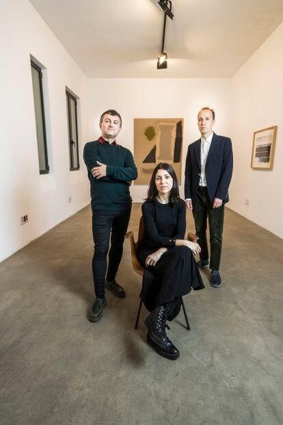 La primera edición de ATLAS ha arrancado con 'Entornos y reflexiones', una exposición de pintura abstracta que podrá verse hasta el 10 de mayo en un local del nº 11 de la calle Cenicero.