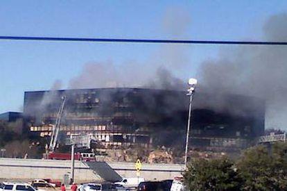 Imagen tomada de la televisión estadounidense muestra el edificio siniestrado por la avioneta