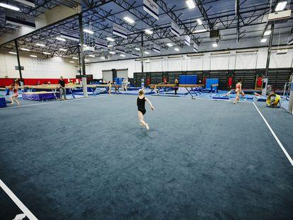 Una gimnasta en un entrenamiento.