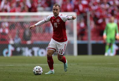 El jugador danés Eriksen en una acción del partido ante Finlandia.