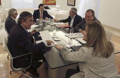 Desde la izquierda, en el sentido de las agujas del reloj: Juan Rosell, de CEOE; Ignacio Fernández Toxo, de CC OO, Mariano Rajoy, presidente del Gobierno; Cándido Méndez, de UGT; Jesús Terciado, de Cepyme; y Fátima Báñez, ministra de Empleo.