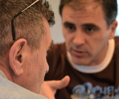 Saccomanno, de espaldas, durante su conversación con Luján.