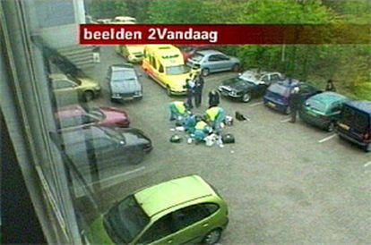 Imagen de la televisión holandesa en la que se ve cómo los servicios médicos intentan reanimar a Fortuyn.