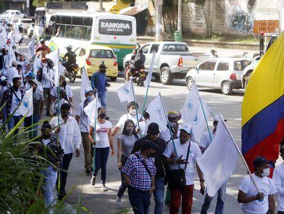 Desmovilizados de las FARC transitan por las calles de Medellín en 2020 en rechazo a la violencia.