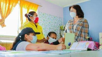La ministra de Educación Monserrat Creamer (a la derecha) realiza una visita a alumnos de una escuela especializada e inclusiva en Quito.