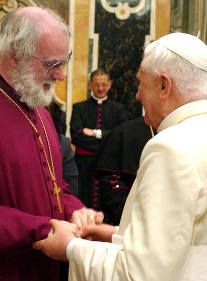 Benedicto XVI saluda en 2005 a Rowan Williams, arzobispo de Canterbury y autoridad suprema del anglicanismo.