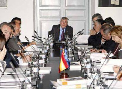 Reunión de la comisión ejecutiva de la Federación Española de Municipios y Provincias, presidida por Pedro Castro.