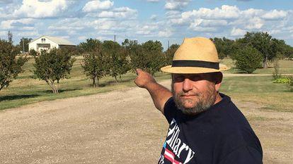 Charles Pace, el predicador que vive en la finca de los davidianos en Waco, señala el lugar de la tragedia de 1993.