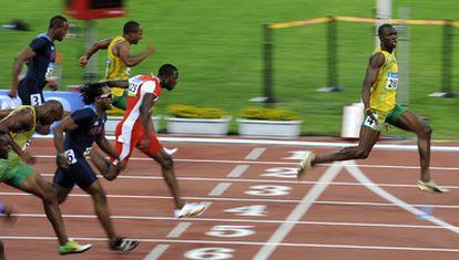 Usain Bolt, derecha, se impone con facilidad en la final de los 100 metros sobre Thompson ( segundo) y Dix ( tercero) y el resto de los rivales, durante los Juegos Olímpicos de Pekín 2008.
