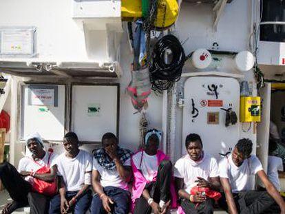 El barco humanitario  Aquarius  lleva desde el domingo a la espera de instrucciones de las autoridades en un punto entre Italia y Malta