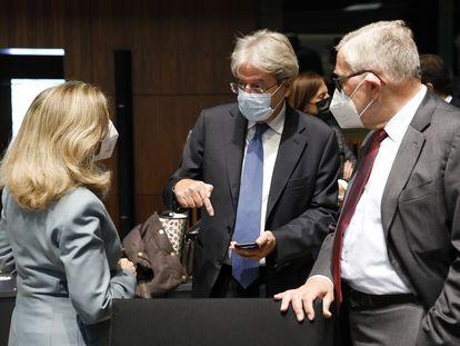 Desde la izquierda: la vicepresidenta española, Nadia Calviño, habla con el comisario de Economía, Paolo Gentiloni, y el presidente del Mecanismo Europeo de Estabilidad, Klaus Regling.