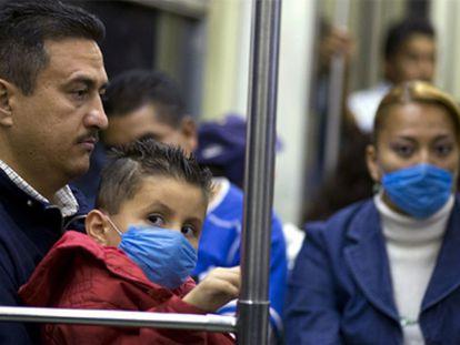 Usuarios del metro de la Ciudad de México usan máscaras para evitar el contagio