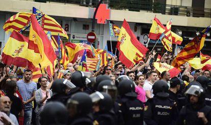 Nacionalistas increpando a los independentistas en Valencia el pasado 9 d'Octubre.