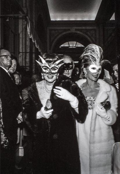 Claudette Colbert a su llegada a la fiesta. |
