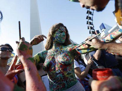 Varias mujeres participan en un 'tetazo', una protesta contra la prohibición de hacer 'topless', el pasado 7 de febrero en Buenos Aires.