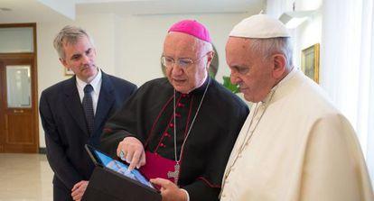 El papa Francisco junto al presidente del Pontificio para las Comunicaciones Sociales, monseñor Claudio Maria Celli.