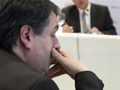 Solà, en primer plano, escucha al consejero de Cultura, Ferran Mascarell.