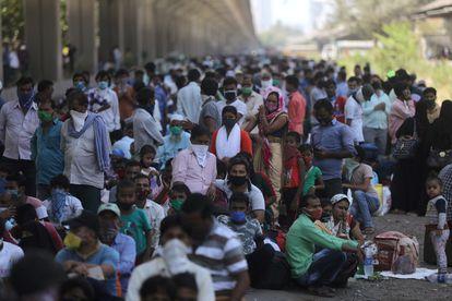 Migrantes caminando por las carreteras en Bombay, en mayo de 2020.
