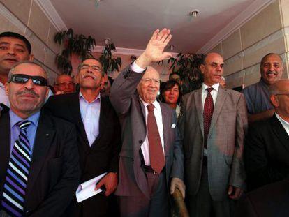 El líder del partido tunecino Nida Tounes, Beji Caid Essebsi (centro), saluda tras conocerse el pasado martes los resultados preliminares de las elecciones legislativas que le otorgan la victoria.