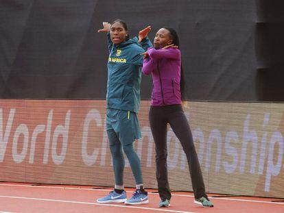 Semenya, a la izquierda, hace su celebración característica, la cobra, junto a una rival en la pista de entrenamiento de Londres.