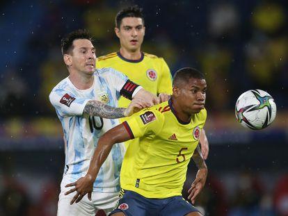 El colombiano Wilmar Barrios defiende el balón ante Lionel Messi, en el Colombia-Argentina.