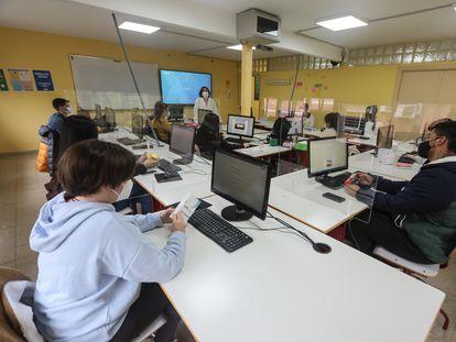 Una profesora y sus alumnos en un aula del instituto de Formación Profesional Puerta Bonita (Carabanchel, Madrid).