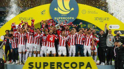 Los jugadores del Athletic celebran la conquista de la Supercopa tras ganar el domingo al Barça en La Cartuja.