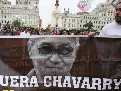 Manifestantes piden la dimisión del fiscal general de Perú, el 1 de enero en Lima.