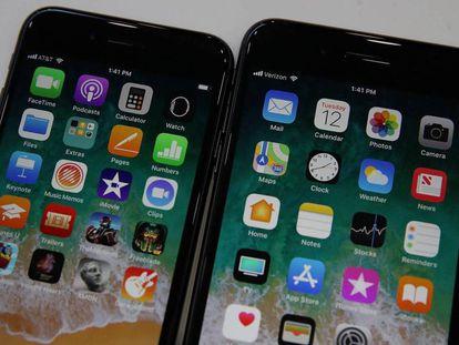 El iPhone 8 (izquierda) y el Plus. En el vídeo, Rosa Jiménez Cano prueba los nuevos teléfonos.