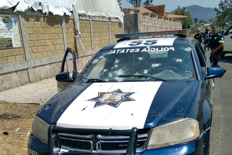Vista de la patrulla tiroteada en Coatepec, Estado de México.