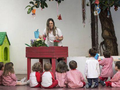 Coni, maestra de la Escuela Infantil Al Cole, de València, con sus alumnos en clase.