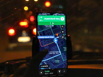 Un conductor usa Google Maps en Nueva Delhi (India)