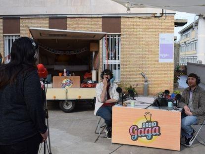 Una de las residentes de La Llavor cuenta su historia ante el micrófono de 'Radio Gaga'.