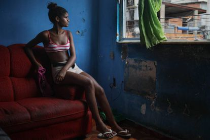 Gabriela, de 16 años e hija de Roberta, en el salón de su casa en el barrio de Complexo do Alemão.