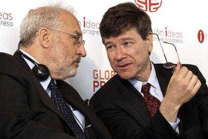 Stiglitz (izquierda) junto a Sachs, ayer durante el acto organizado por la Fundación Ideas.