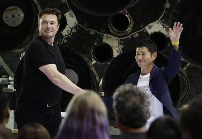 El fundador de SpaceX, Elon Musk junto al millionario japonés Yusaku Maezawa.