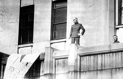 Yukio Mishima se dirige a las tropas, el 25 de noviembre de 1970, pocos minutos antes de suicidarse.
