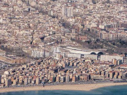 Vista aérea de la capital catalana con la Barceloneta en prime plano.