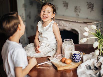 Una niña se ríe y disfruta con su hermano.