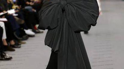 Diseño de Demna Gvasalia para Balenciaga visto ayer en París. l'estropo